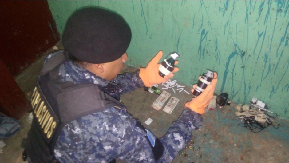 Entre los ilícitos que escondían los privados de libertad, figuran cuatro granadas.  (Foto: PNC)