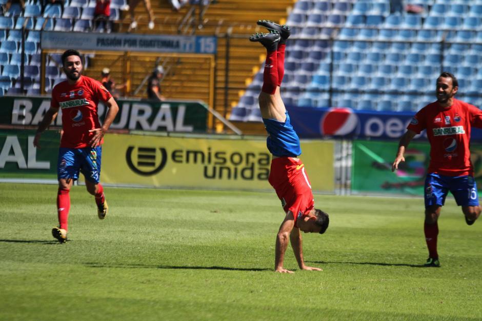 Pappa celebró con su tradicional salto mortal. (Foto: Luis Barrios/Soy502)