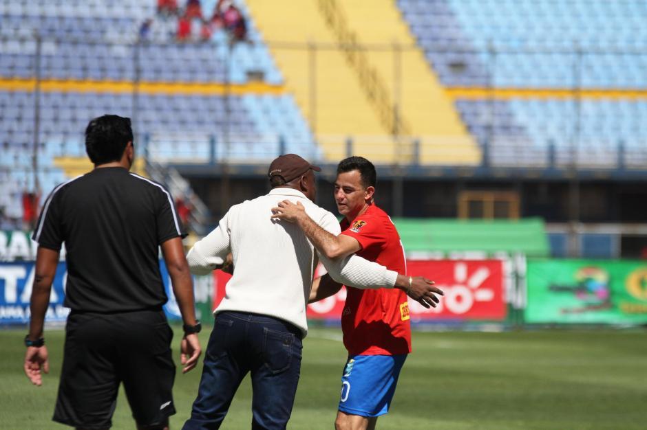 Finalmente fue a celebrar con su técnico, Hernán Medford. (Foto: Luis Barrios/Soy502)