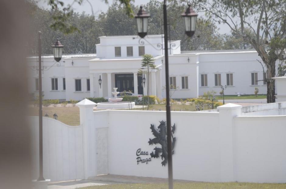 La vivienda está rodeada de vegetación y en varios lugares se observa la figura de un león como escudo. (Foto: Wilder López/Soy502)