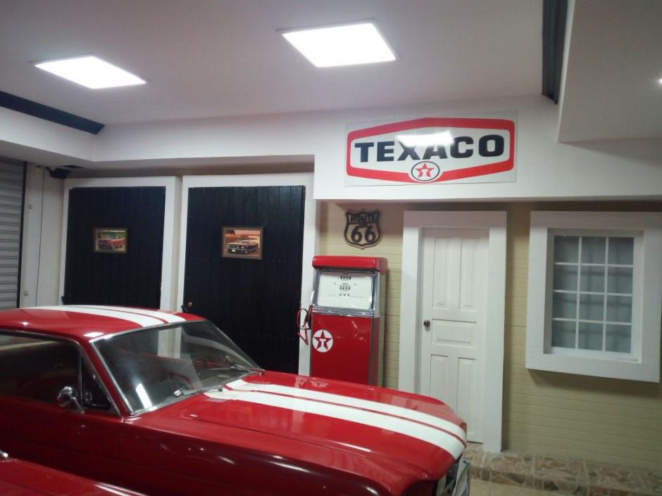Este vehículo Ford Mustang de colección se encuentra en la vivienda de Manuel Baldizón. También se observa una bomba de gasolina decorativa. (Foto: Soy502)