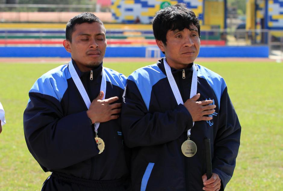 Raxón y Martínez en la premiación de Juegos Paracentroamericanos. (Foto: CDAG)