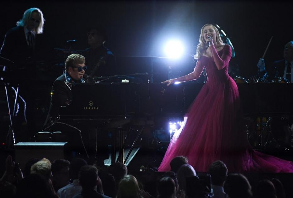 Una de las mejores actuaciones de la noche: Miley Cyrus y Elton John. (Foto: AFP)