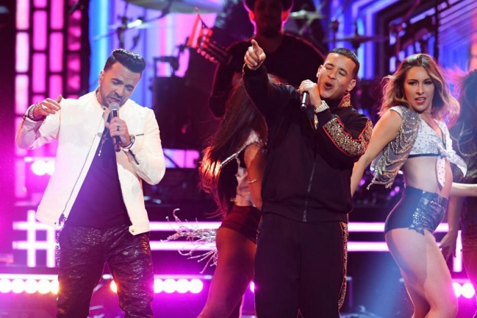 """Daddy Yankee y Luis Fonsi cantando """"Despacito"""". (Foto: AFP)"""