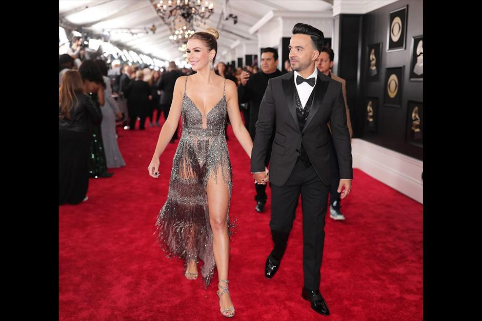 Luis Fonsi y su esposa en la alfombra roja de los Grammy (Foto: AFP)