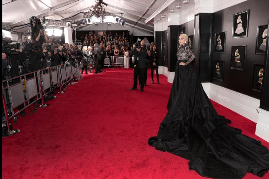 Lady Gaga en la alfombra roja de los Grammy 2018. (Foto: AFP)