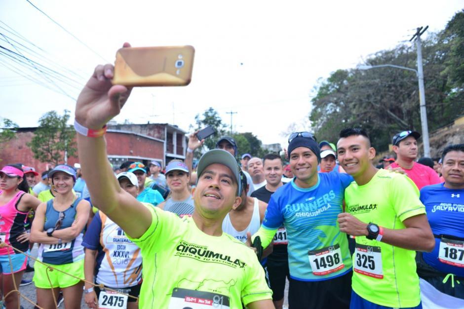 Miles participaron en la medio Maratón Max Tott 2018 y aprovecharon para compartir con amigos y fotografiarse. (Foto: Jesús Alfonso/Soy502)
