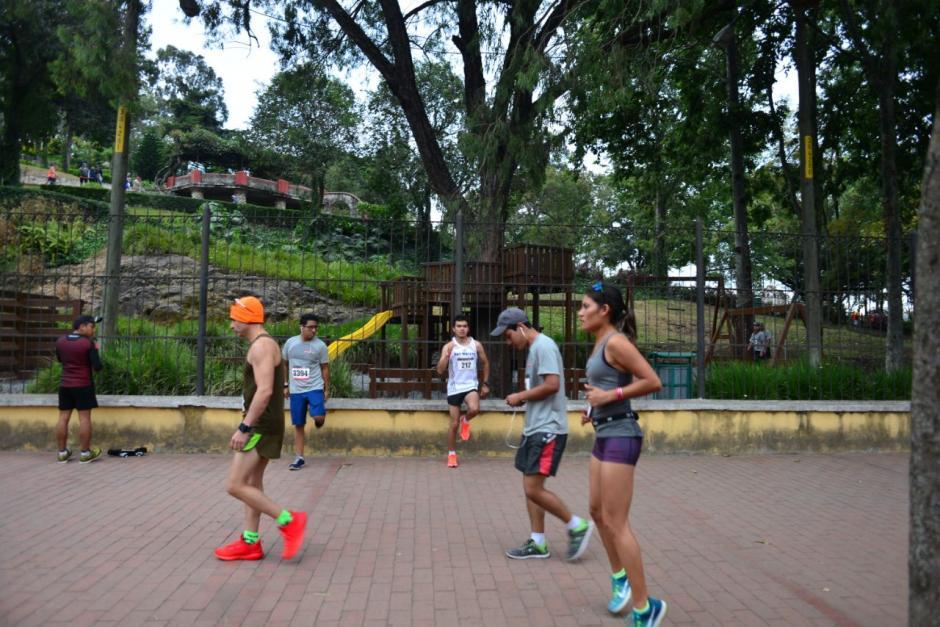 Corredores se prepararon para la competencia que inició en la avenida Juan Chapín. (Foto: Jesús Alfonso/Soy502)