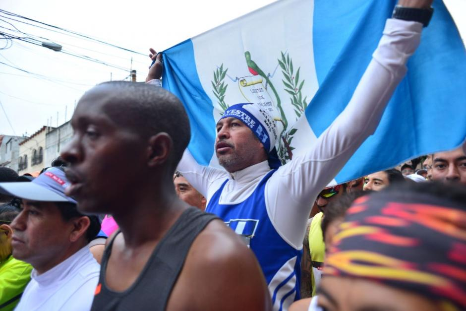 Algunos corredores participaron disfrazados y otros portaban banderas de Guatemala. (Foto: Jesús Alfonso/Soy502)