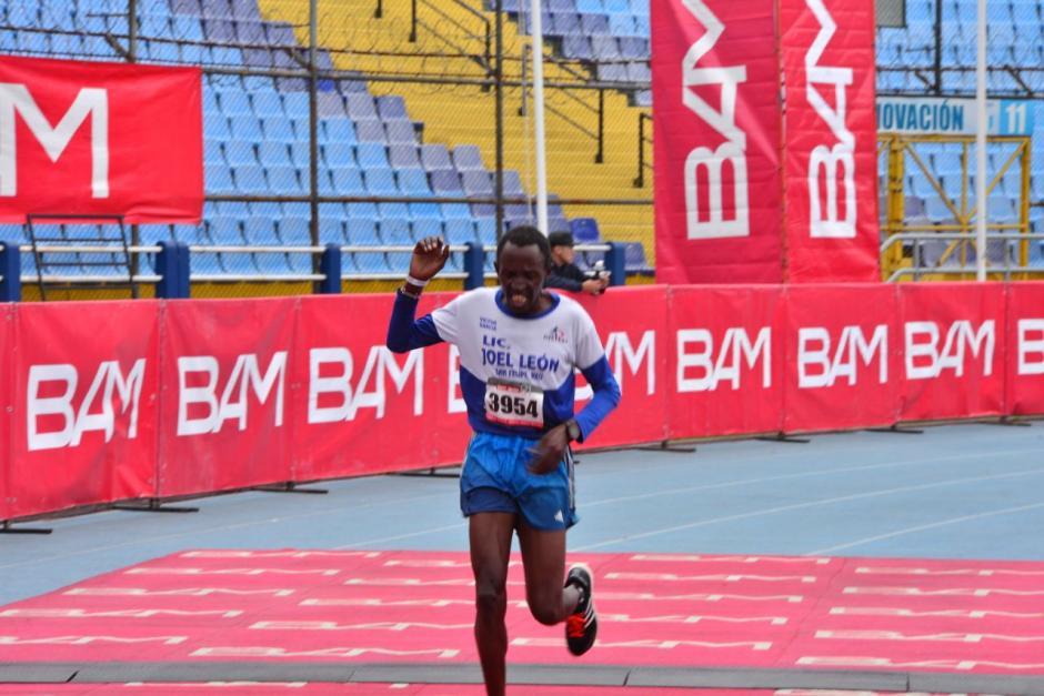 El keniano Roberto Gaitho ganó la competencia con tiempo de 1:05:56. (Foto: Jesús Alfonso/Soy502)