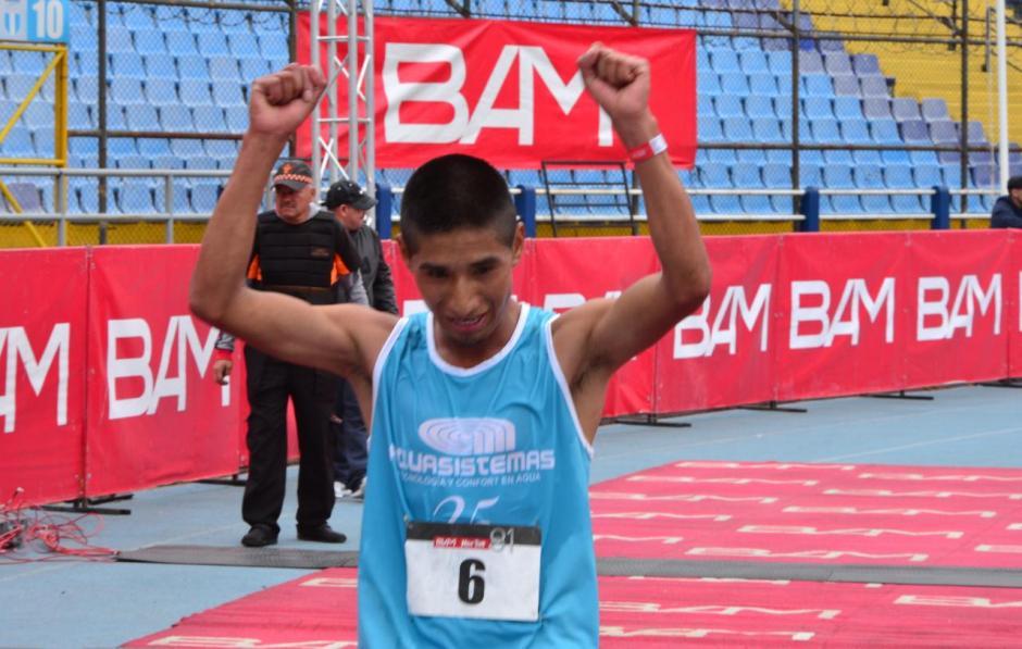 El segundo lugar fue para el guatemalteco José González. Tiempo: 1:06:04. (Foto: Jesús Alfonso/Soy502)