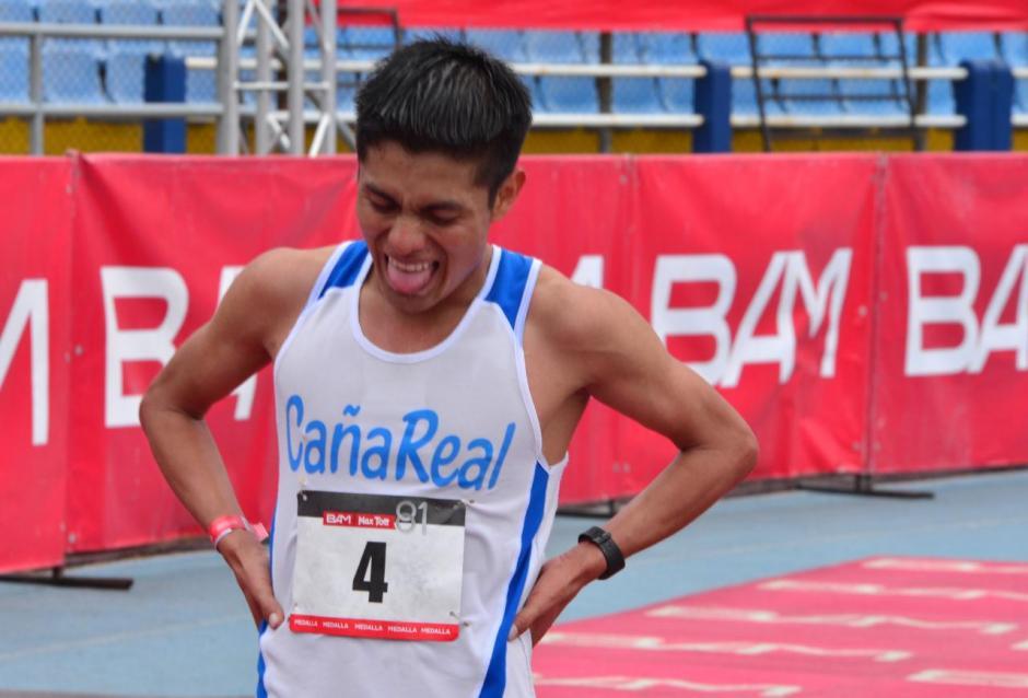 El tercer lugar para el guatemalteco Williams Julajuj con tiempo de 1:06:08. (Foto: Jesús Alfonso/Soy502)