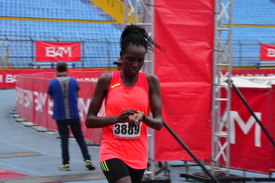 Leah Kigen de Kenia ganó en la rama femenina. Tiempo de 1:18:58. (Foto: Jesús Alfonso /Soy502)