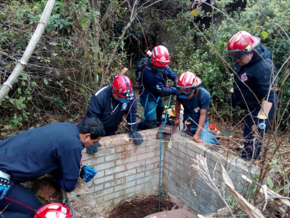 Con equipo especial los paramédicos lograron bajar al pozo. (Foto: Knal4 Quiché)