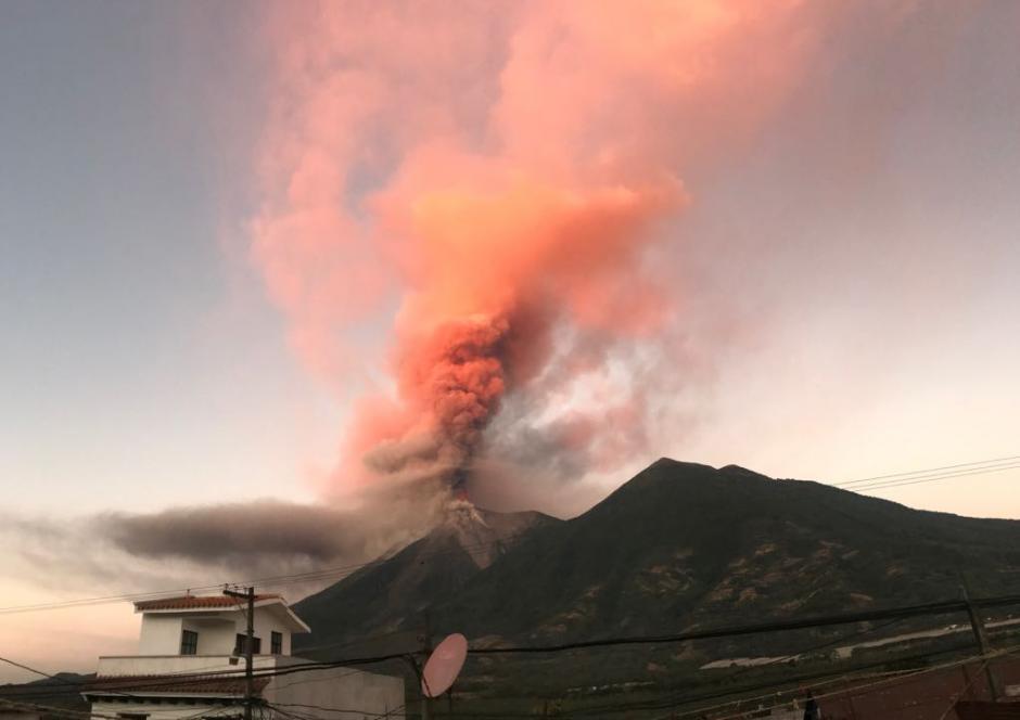 En horas de la mañana así se observó la erupción. (Foto: Conred)