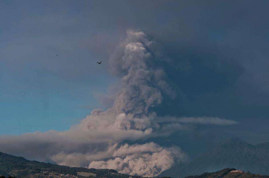 Así se observa esta mañana la erupción del Volcán de Fuego. (Foto: Wilder López/Soy502)