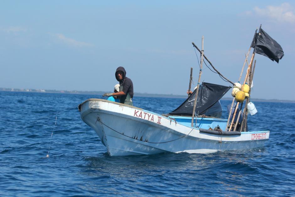 Durante el trayecto, se puede observar a los pescadores en su labor. (Foto: Fredy Hernández/Soy502)