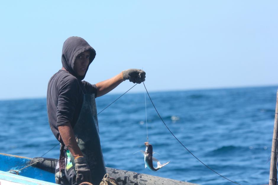 La pesca es una de las actividades para subsistir de muchas familias que viven en la costa. (Foto: Fredy Hernández/Soy502)