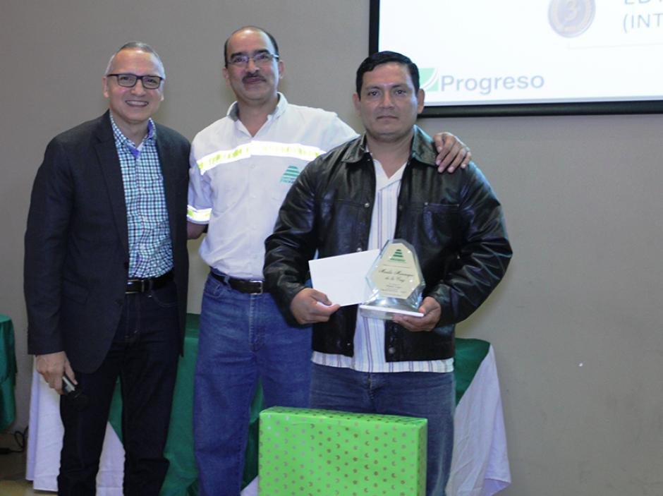 José Raúl González, CEO de Cementos Progreso, (izquierda) explicó en la premiación que  la seguridad involucra a todos. (Foto: cortesia Cempro)