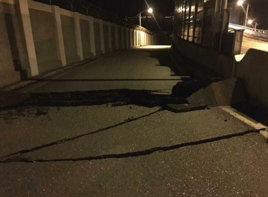 Las calles también sufrieron daños. (Foto: Twitter)