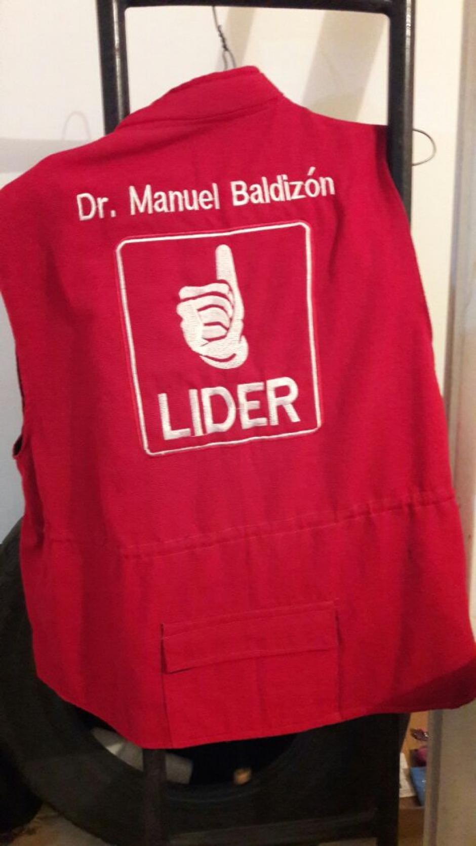 Este chaleco utilizado en la campaña electoral también fue encontrado en la casa La Praga. (Foto: Soy502)