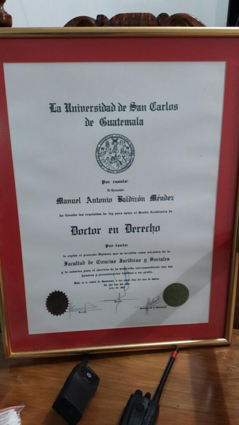 Este es el título que le confiere el grado académico de doctor en Derecho a Manuel Baldizón. El título fue cuestionado en 2014 con acusaciones de plagio en la tesis doctoral. (Foto: Soy502)