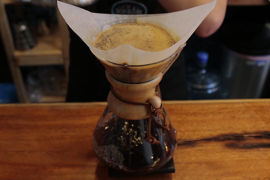El café es servido de distintas formas artesanales.  (Foto: Alejandro Balán/Soy502)