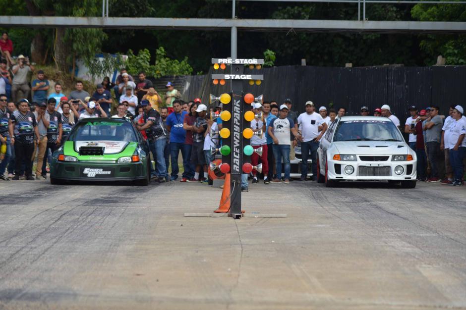 Cientos de fanáticos disfrutaban de las carreras de aceleración. (Foto: César Pérez)