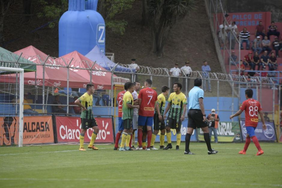 Al final del juego el árbitro tuvo que intervenir para evitar golpes. (Foto: Wilder López/Soy502)