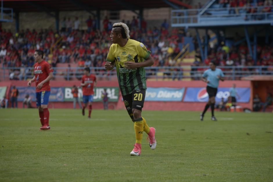 """Christian la """"Iguana"""" Reyes tiene ya varios años con ese atuendo. (Foto: Wilder López/Soy502)"""