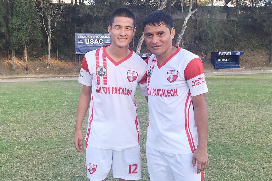 Fredy Garcóa y su hijo Humberto Alexander tras el partido Usac - Queiguá. (Foto: Luis Barrios/Soy502)