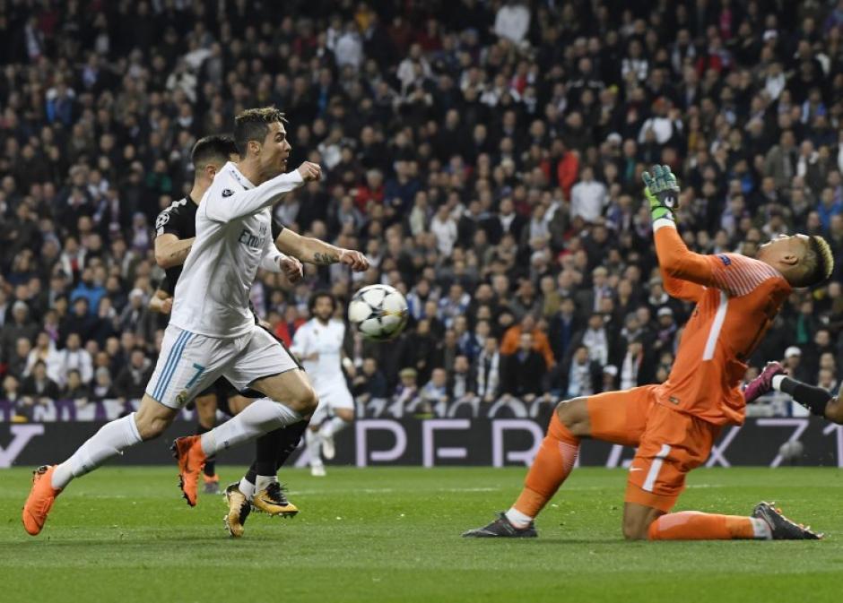 El delantero pudo vencer los obstáculos en su camino al gol. (Foto: AFP)
