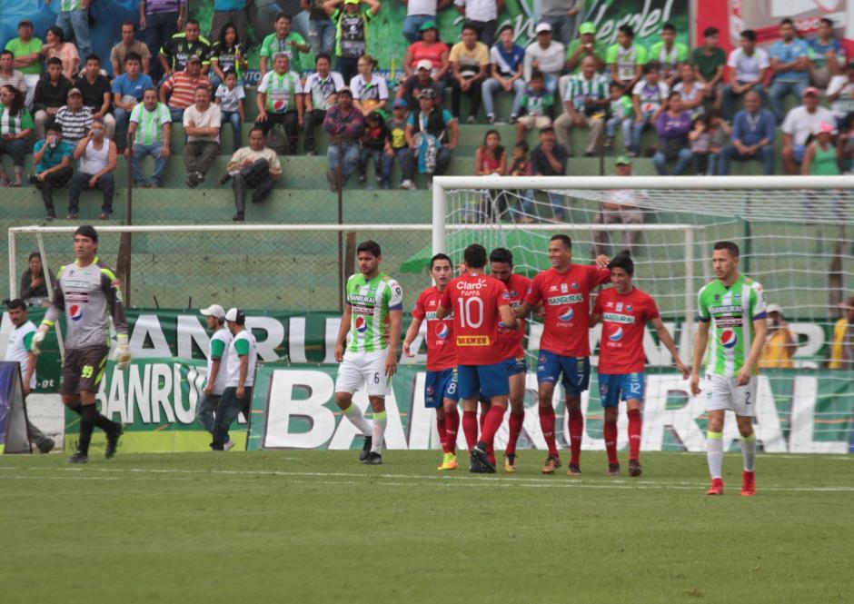Los Rojos se pusieron al frente del marcador con dos goles al principio del segundo tiempo. (Foto: Luis Barrios/Soy502)