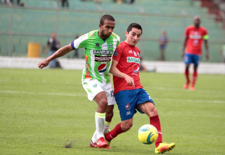 El juego fue muy disputado en el medio campo. (Foto: Luis Barrios/Soy502)