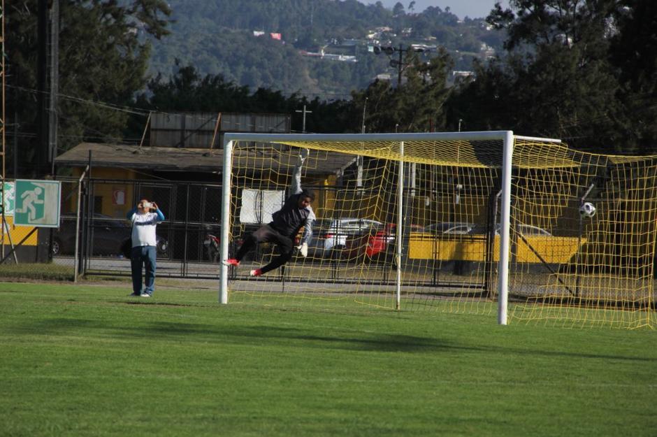 """""""El Camarón"""" hizo un tiro más elegante para marcar el segundo gol crema. (Foto: Fredy Hernández/Soy502)"""