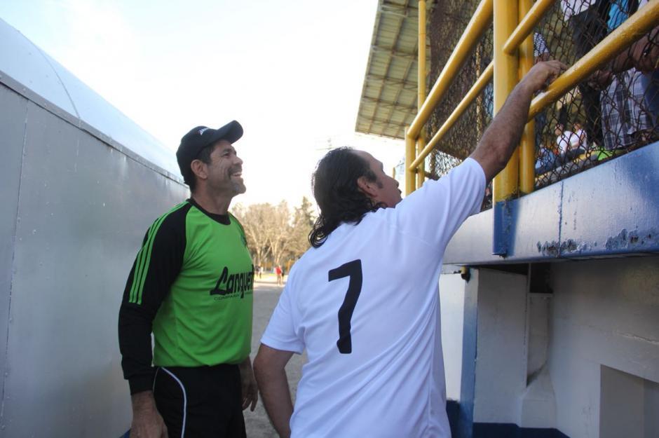 Los Edgar, Estrada y Arriaza saludan a la afición. (Foto: Fredy Hernández/Soy502)