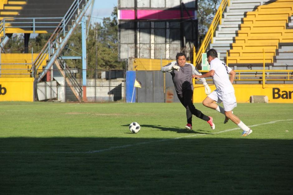 Raúl Chacón dejó en carrera al portero rojo para anotar el tercero. (Foto: Fredy Hernández/Soy502)