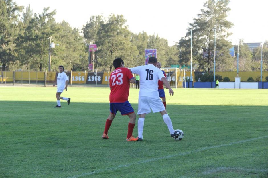 El juego tuvo algunos pasajes de agresividad en el medio campo. (Foto: Fredy Hernández/Soy502)
