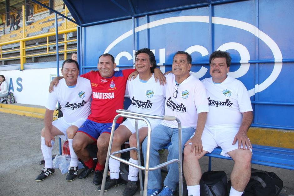 Byron Pérez se reunió con viejos amigos para disfrutar de un juego de fútbol en el estadio del Ejército. (Foto: Fredy Hernández/Soy502)