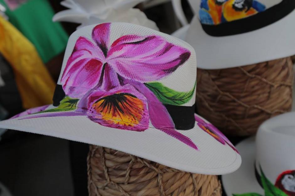 Estos sombreros pintados a mano no pueden faltar en el armario femenino. (Foto: Alejandro Balán/Soy502)