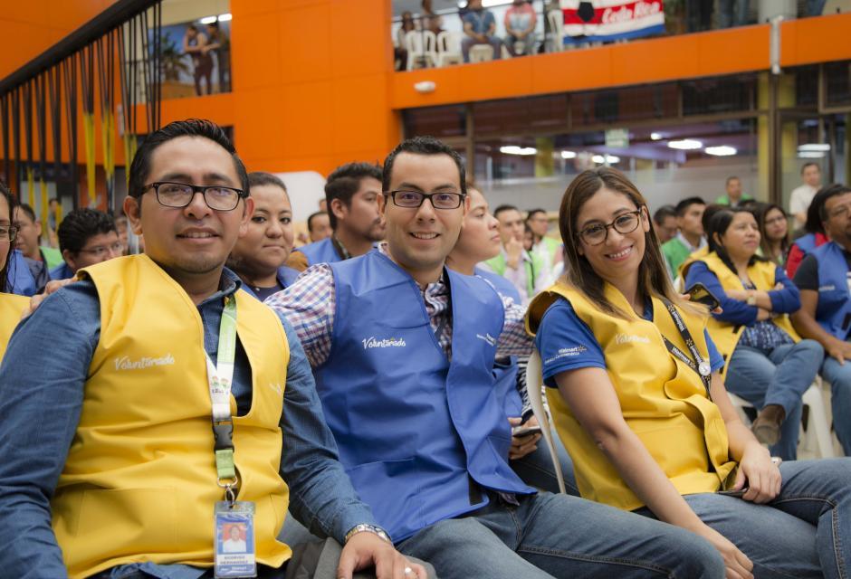 Colaboradores de Walmartque apoyan a afectadas del Volcán de Fuego. (Foto: Victor Xiloj/Soy502)