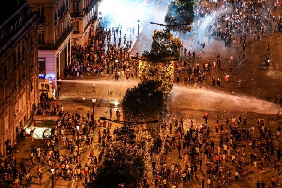 Francia entre la locura, el festejo y los destrozos. (Foto: AFP)