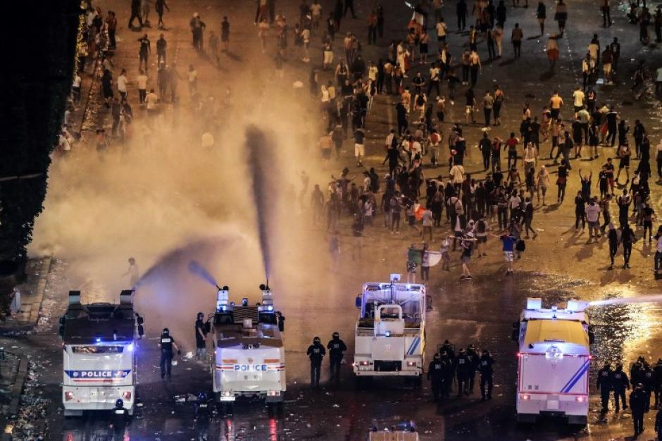 La policía tuvo que intervenir para controlar a los seguidores franceses. (Foto: AFP)