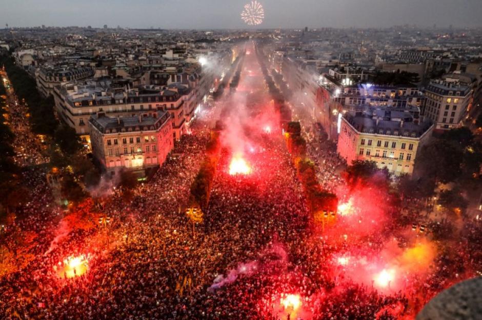 Miles de aficionados salieron a las calles de París para festejar el título. (Foto: AFP)