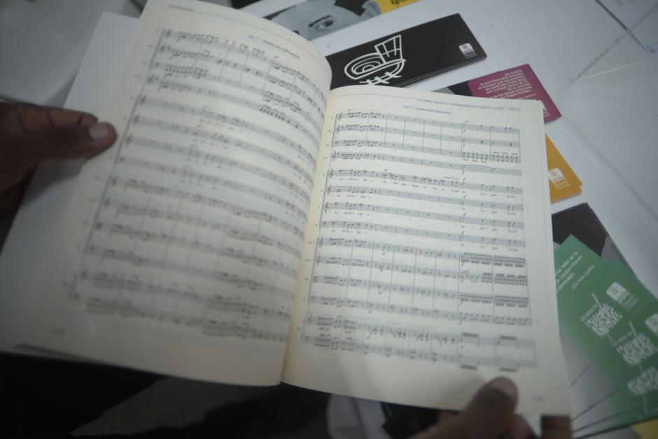 El libro trabajado por Igor de Gandarias contiene partituras para practicar.  (Foto: Wilder López/Soy502)