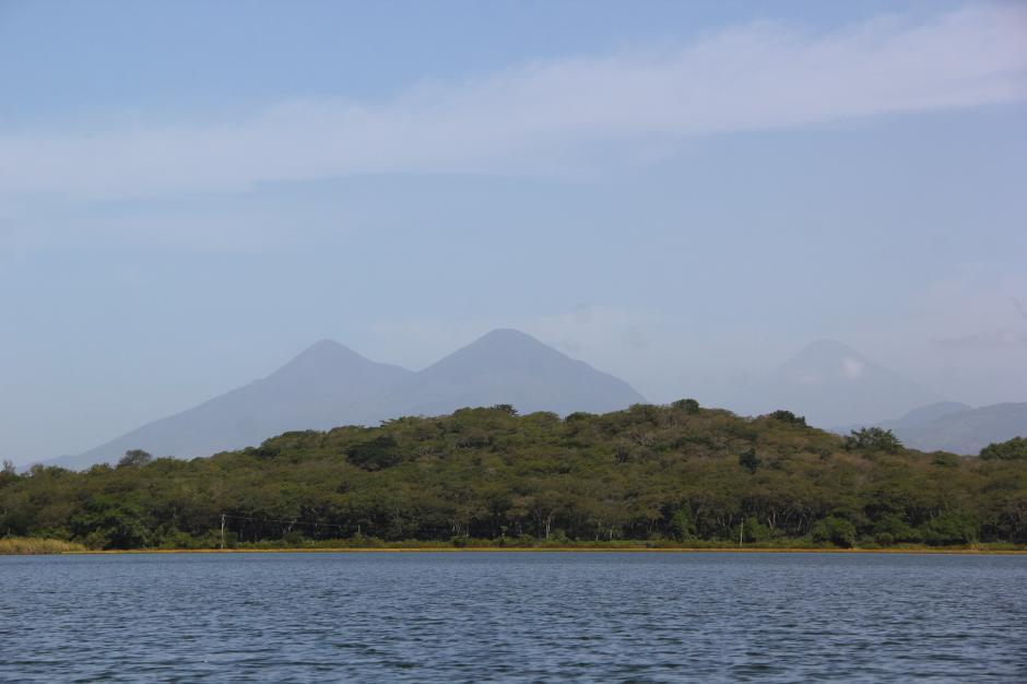 Desde sus aguas, se pueden apreciar los volcanes de Fuego, Acatenango y Agua. (Foto: Fredy Hernández/Soy502)