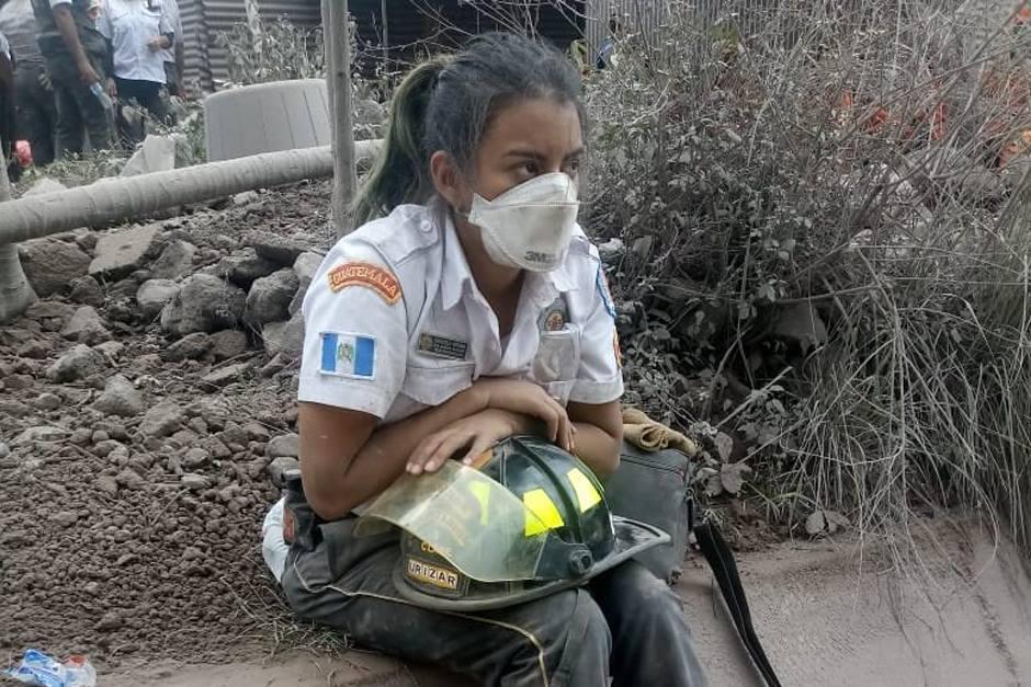 La bombera explicó que tiene un año de pertenecer al cuerpo asistencial. (Foto: captura de Twitter)