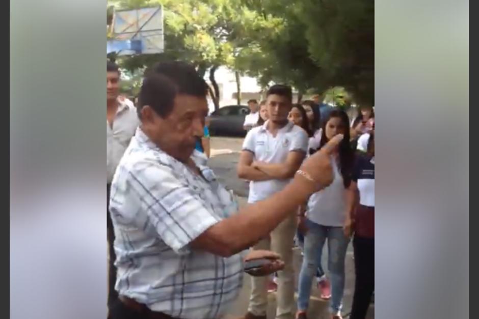 Rony Ramos, Supervisor de Educación es acusado de agredir a un estudiante menor de edad en una protesta en la Escuela de Comercio en Jutiapa. (Foto: Captura de video)