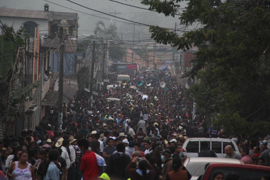 Lunes: el sepelio, en San Juan Alotenango, de las primeras siete víctimas mortales de la tragedia. (Foto: Fredy Hernández/Soy502)