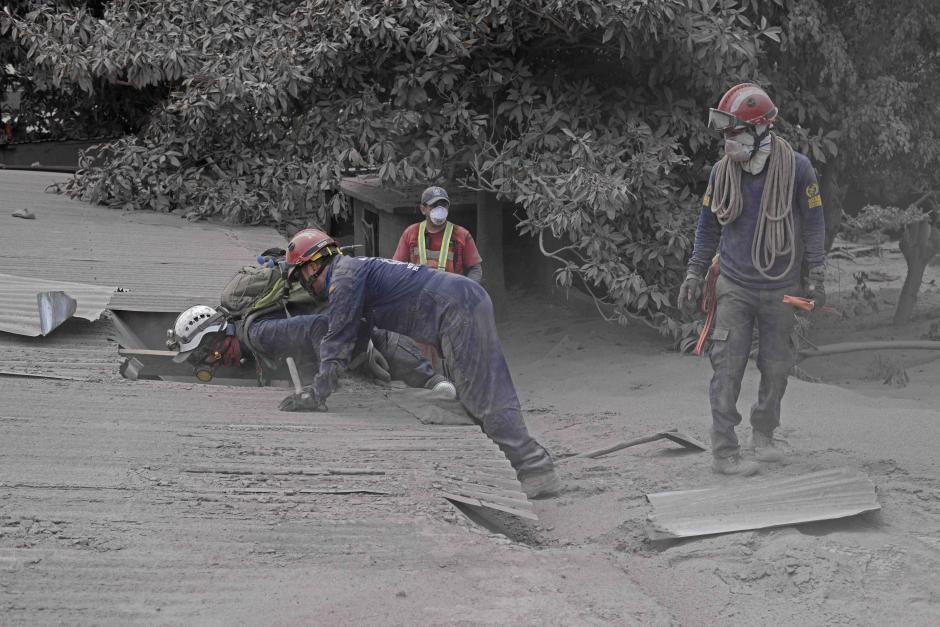 Martes: Socorristas abren el techo de una casa de San Miguel Los Lotes en busca de sobrevivientes. (Foto: Wilder López/Soy502)